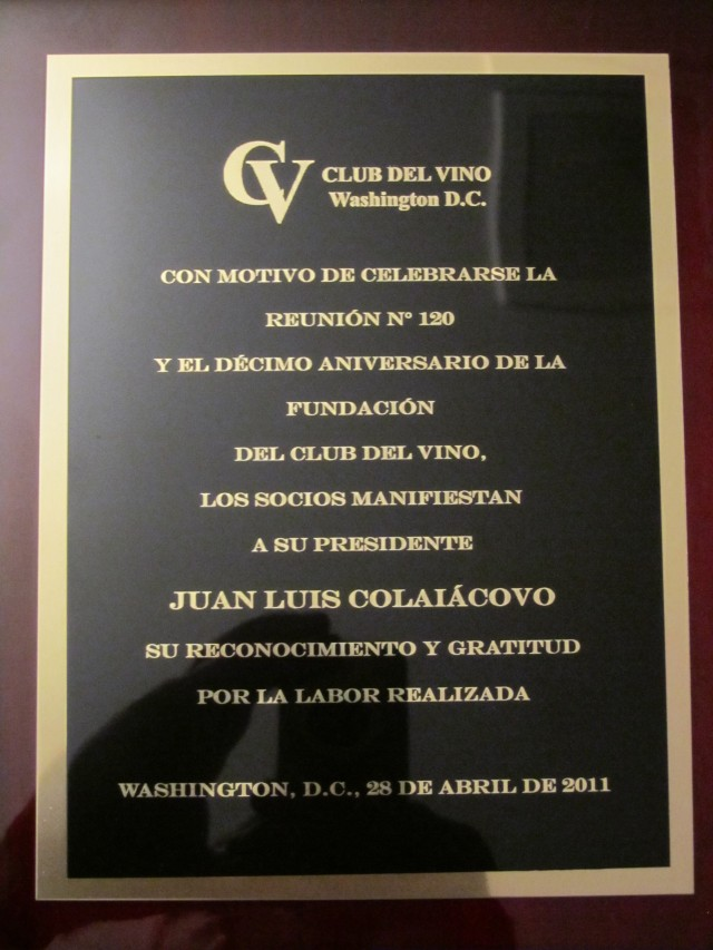 Plaque celebrating 10 years of the Club del Vino offered to Juan Luiz Colaiacovo